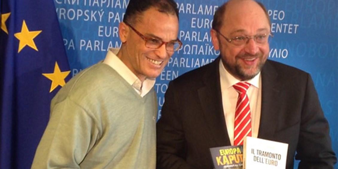 """Magdi Cristiano Allam dona al Presidente del Parlamento Europeo Martin Schulz i libri degli economisti Bagnai e Rinaldi: """"L'Europa rispetti il No Euro"""""""